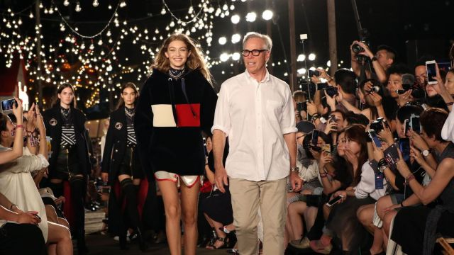 le-designer-americain-tommy-hilfiger-en-compagnie-de-la-mannequin-star-gigi-hadid-lors-de-la-presentation-de-sa-collection-le-9-septembre-2016-a-la-fashion-week-de-new-york_5666557